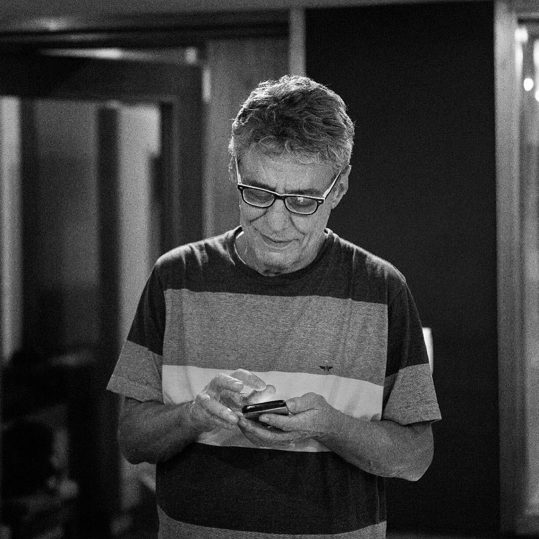 Chico Buarque checando o Instagram (Foto: Reprodução/Instagram)