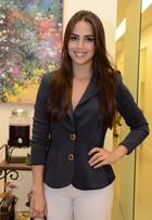 Pérola Faria usa calça justinha em inauguração de clínica de beleza