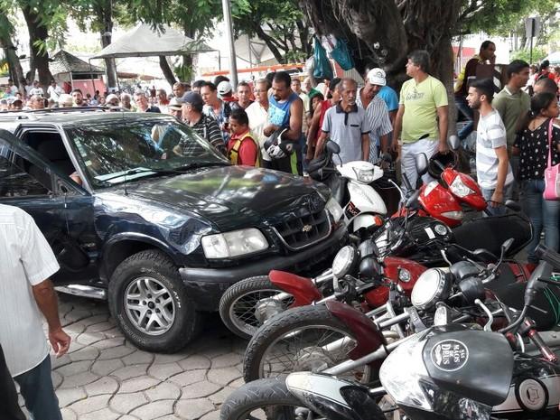 Motorista desmaiou e veículo atingiu onze motos em praça de Teófilo Otoni (Foto: Jorge Vaz/Arquivo Pessoal)
