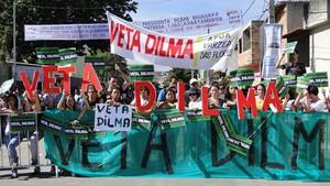 Manifestantes pedem veto de Dilma Rousseff ao novo Código Florestal durante visita da presidente a Betim (MG), nesta sexta-feira (11) (Foto: Pedro Triginelli/G1)