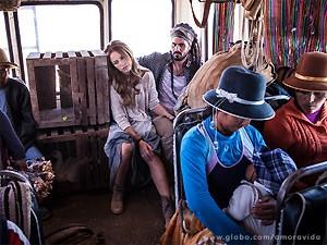 Os dois no ônibus, enquanto ela pensa em como vai voltar para casa (Foto: Amor à Vida / TV Globo)