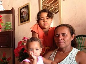 Filha de Benedita Aristeia luta contra a Hepatite em um povoado sem médico todos os dias. (Foto: Jael Soares/ G1 Caruaru)