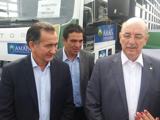 Osmar Terra (à direita), ministro do MDS, e governador Waldez Góes entregaram veículos (Foto: Abinoan Santiago/G1)