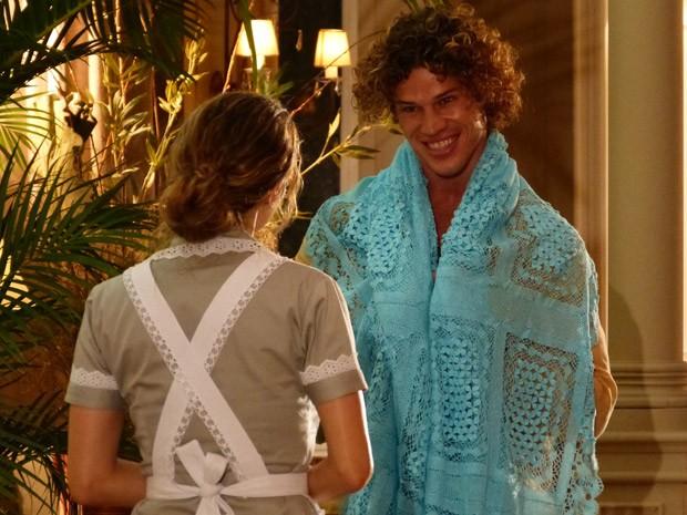 Candinho chega para na mansão de Dionisio para vender uma colcha de renda (Foto: Flor do Caribe/ TV Globo)
