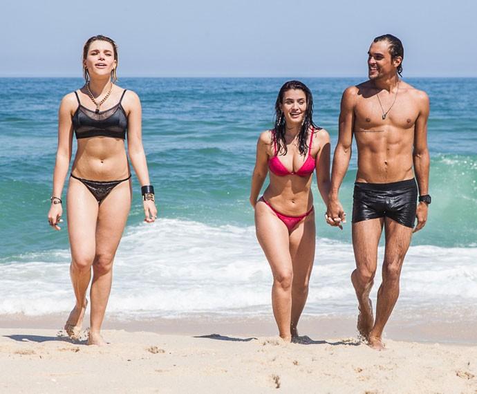 Bruna Linzmeyer exibe boa forma em gravação na praia (Foto: Artur Meninea / Gshow)