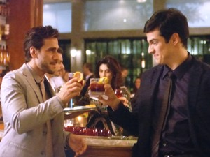 Jacques e Félix tomam um drinque no bar (Foto: Amor à Vida / TV Globo)