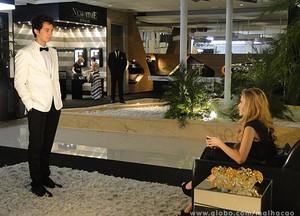 Ben fica vidrado ao ver Sofia no lobby do hotel (Foto: Malhação / TV Globo)