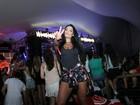 Ex-BBB Monique Amin usa shortinho para curtir show de Anitta