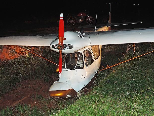 Avião é do modelo ultraleve, segundo Corpo de Bombeiros (Foto: Gustavo Justino / G1)