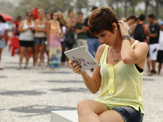 Dani Moreno é observada enquanto termina de estudar o texto (Foto: Salve Jorge/TV Globo)