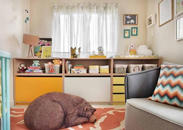 Para dar o clima de Safári Kids, o pufe em formato de urso é destaque no lar. A peça esta à venda na Estar Móveis. O abajur em cima da cômoda é da Ameise Design (Foto: Sidney Doll/Divulgação)