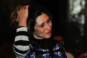 Beth Goulart se emociona no velório de Paulo Goulart em São Paulo (Foto: Amauri Nehn e Marcos Ribas/ Foto Rio News)