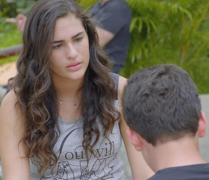 Julia fica chocada com a reação de Artur (Foto: TV Globo)
