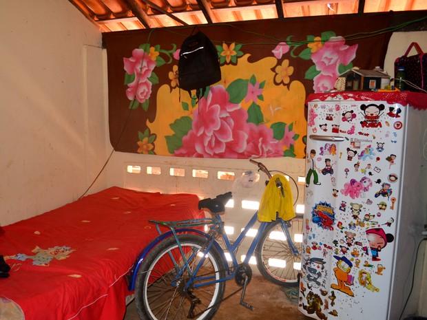 Quartos foram improvisados em boxes da feira em Macapá (Foto: Abinoan Santiago/G1)