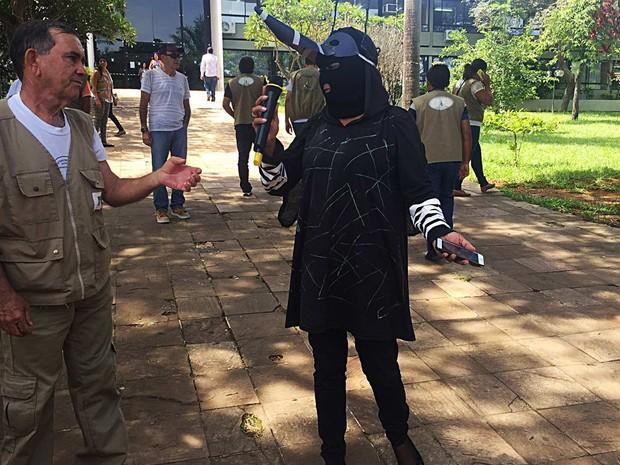 Servidora da Vigilância Ambiental 'vestida' de Aedes aegypti durnate protesto nesta sexta-feira em frente à Secretaria de Saúde do DF (Foto: Jéssica Nacimento/G1)