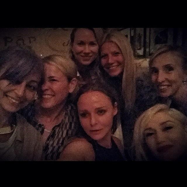 Falando em Gwyneth Paltrow... Esta foto pode ter ficado com qualidade técnica péssima, mas prova a amizade da atriz com a estilista e socialite Nicole Richie, a apresentadora Chelsea Handler, a atriz Naomi Watts, a cantora Gwen Stefani, e a estilista Stella McCartney. (Foto: Instagram)