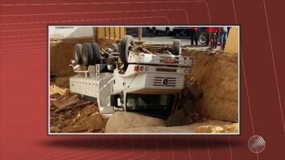 Caminhão carregado com entulho cai em buraco em Guanambi, no sudoeste do estado