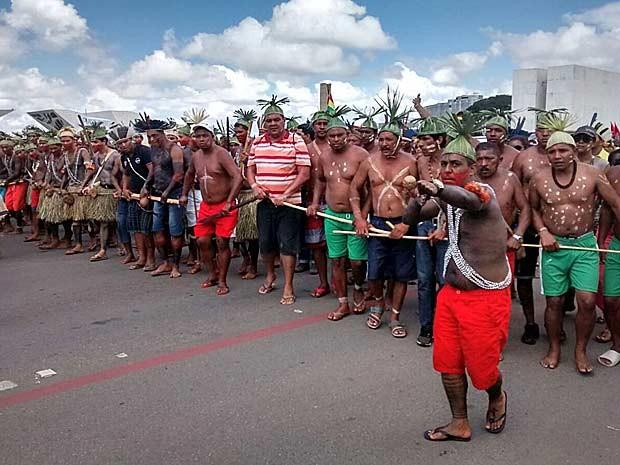 Grupo de indígenas dança durante manifestação na Esplanada dos Ministérios (Foto: Isabella Calzolari/G1)
