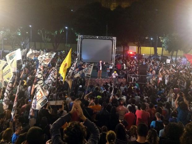 Marcelo Freixo (PSOL) promoveu ato na Cinelândia, no Centro do Rio, convidando eleitores para acompanhar de lá o debate dos concorrentes. (Foto: G1 Rio)