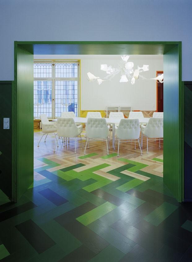 Apartamento colorido usa apenas móveis brancos na decoração (Foto: Åke E:son Lindman)