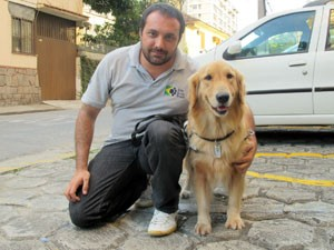 O instrutor George Thomaz Harrison e o cão-guia Júlia (Foto: Carolina Lauriano/G1)