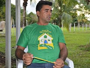 O educador terapêutico Arlindo Mendes dos Santos trabalha e faz tratamento na casa há cinco anos  (Foto: Janine Brasil/G1)