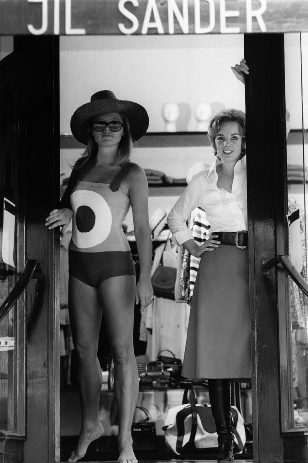 (GERMANY OUT) Sander, Jil *27.11.1943-Modeschoepferin, D- mit Model in ihrem Geschaeft in Hamburg- 1968Aufnahme: Jochen Blume (Photo by Jochen Blume/ullstein bild via Getty Images) (Foto: ullstein bild via Getty Images)