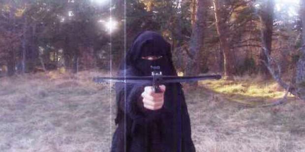 Hayat Boumeddiene, companheira de Amedy Coulibaly, em treinamento com grupo islâmico em Cantal, na França (Foto: Reprodução/Le Monde)