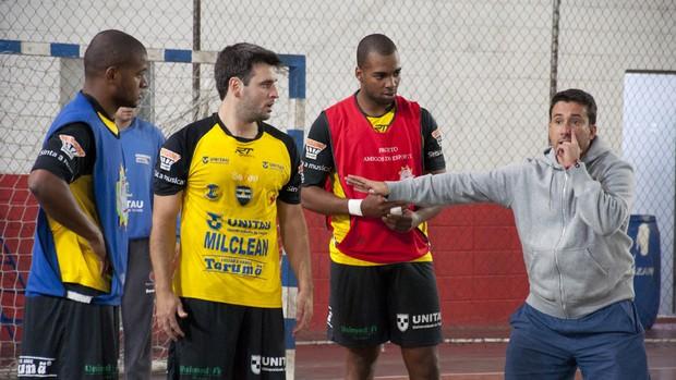 O treinador Marcus Tatá (à direita), do Taubaté Handebol, com o jogadores Anderson, Danilo e Araxá no Ametra II (Foto: Jonas Barbetta/Top10 Comunicação)