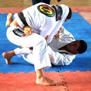 Luta de faixa pretas, RogérioNattrodt (Força e União) por cima e Daniel Trindade (Associação Trindade) (Foto: Tércio Neto/GloboEsporte.com)