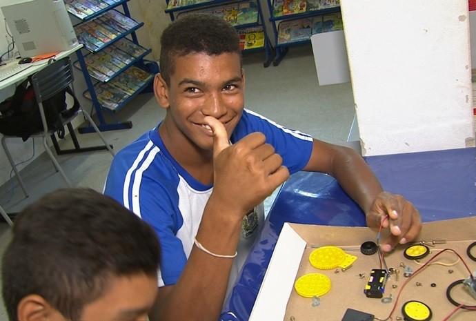 Estudantes estudam detalhes sobre as curiosidades da robótica (Foto: Reprodução / TV TEM)