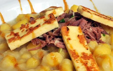Nhoque de batata-baroa com carne-seca e melaço