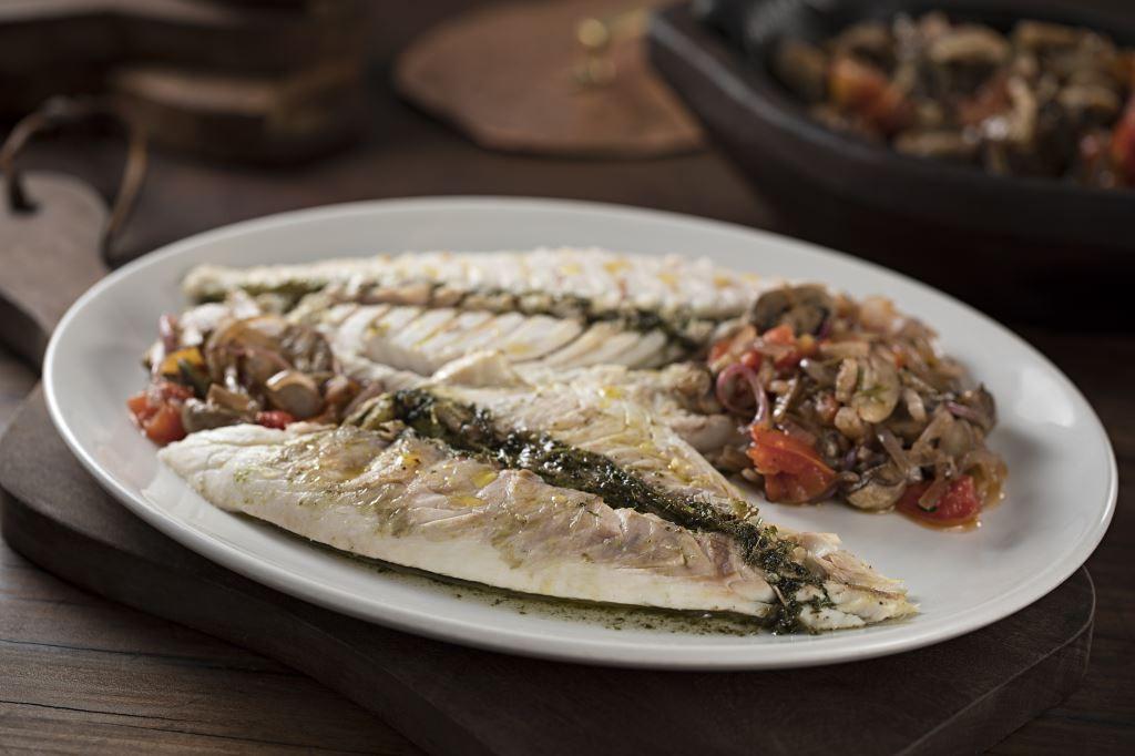 Peixe inteiro na brasa  com tomates, champinhons e molho tártaro (Foto: Divulgação)