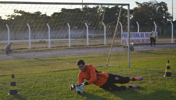 Goleiro Dalton participa do treino do Vilhena Sub-20 (Foto: Lauane Sena)