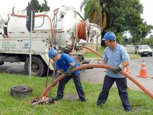 Equipes encontraram residências sem caixa de gordura, canalização da água da chuva na rede coletora de esgoto, casas interligadas a rede de forma parcial e fossas ainda funcionando (Foto: Sanepar/ Divulgação)