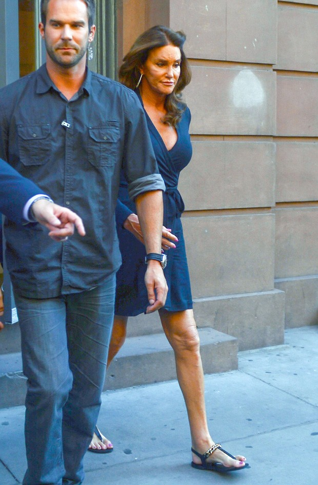 Caitlyn Jenner usa decotão durante passeio em Nova York (Foto: grosby group)