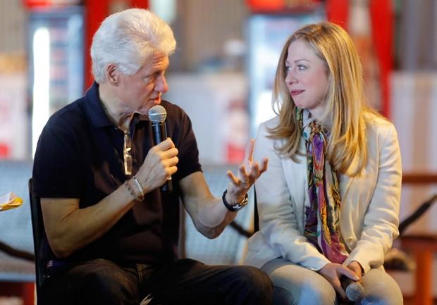 O ex-presidente americano Bill Clinton e sua filha, Chelsea Clinton, em visita à África do Sul em 2013 (Foto: Jemal Countess/Getty Images)