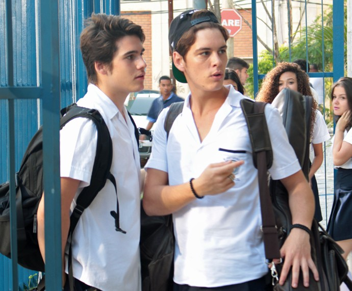 João comenta com Rodrigo sobre uma menina que passa no colégio (Foto: Bel Bonotto/Gshow)