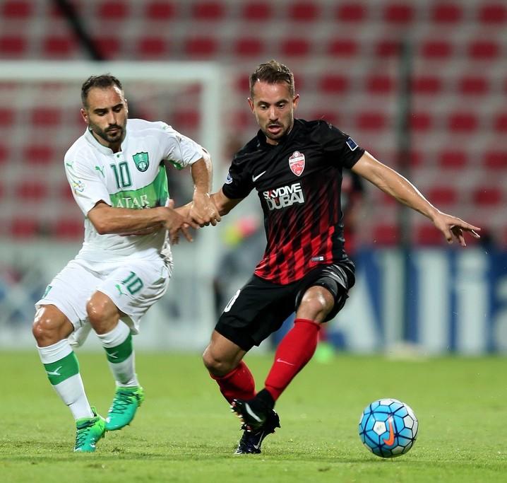 Everton Ribeiro em ação pelo Al-Ahli-EAU