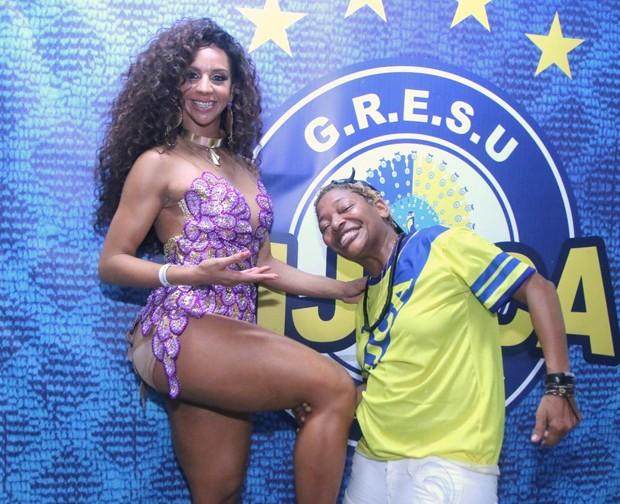 Mart'nália com passista da Unidos da Tijuca (Foto: Daniel Pinheiro/AgNews)