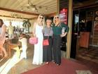 Monique Evans vai a churrascaria com a mãe e com a filha