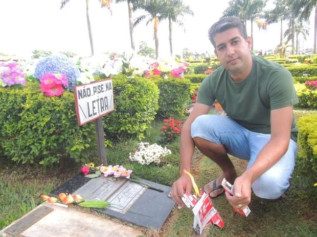Há 15 anos casal visita túmulo de Leandro, em Goiânia (Foto: Paula Resende/ G1)