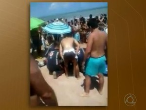 Banhistas filmaram socorro à família na praia do Bessa, em João Pessoa (Foto: Reprodução/TV Cabo Branco)