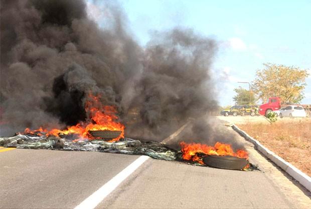 Pneus foram queimados para bloquear rodovia (Foto: Marcelino Neto/OCâmera)