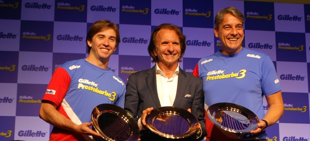 Popó Bueno, Emerson Fittipaldi e Alexandre Borges recebem prêmio por duelo de videogame (Foto: Marcos Guerra)