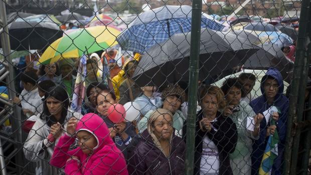 Moradores aguardam a chegada do papa na favela da Varginha, no Coimplexo de Manguinhos, no Rio de Janeiro (Foto: AP Photo/Victor R. Caivano)