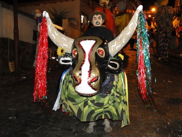 Boi abre caminho para desfile do Zé Pereira dos Lacaios (Foto: Alex Araújo / G1)