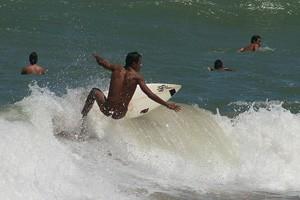 Surfe naturista na praia de Tambaba, na PB (Foto: Divulgação)