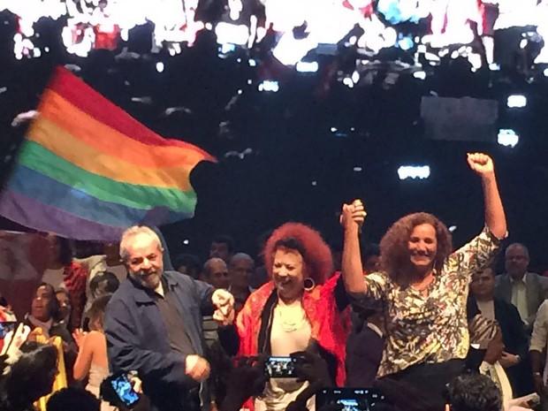 Lula, Beth Carvalho e Jandira Feghali durante lançamento da pré-candidata do PT à prefeitura, nesta segunda-feira (20), na Fundição Progresso (Foto: Daniel Silveira/G1)