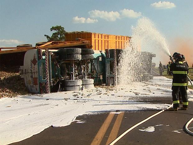 Bombeiros utilizaram espuma para conter vazamento de etanol na pista após acidente em Guariba, SP (Foto: Maurício Glauco/EPTV)